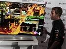 """Vettel při představení 55"""" OLED TV LG"""