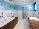Koupelna dcery. Modrob�l� mozaika elegantn� kontrastuje s teakov�m d�evem.