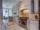 Kuchyn� je v tradi�n�m stylu s mramorovou pracovn� deskou a velk�m spor�kem.