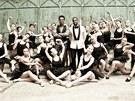 Yemi A.D. a Kanye West s tanečnicemi při natáčení filmu Runaway v Praze