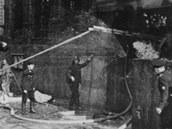 Jedním ze symbolických momentů bitvy byl boj o žebřík. Parašutisté ho používali...