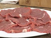 Z falešné svíčkové si nakrájejte tenčí plátky masa.