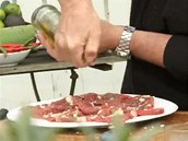Maso pokapejte olivovým olejem a znovu do masa vetřete česnek i s olejem.