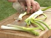 Jarní cibulku očistěte a pokrájejte na větší kusy.