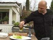 Cibuli s paprikou určené na grilování pokapejte olivovým olejem a posolte.