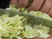 Do náplně tortily si pokrájte ledový salát.
