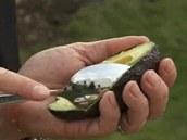 Dužninu avokáda vyloupněte ze slupky pomocí lžíce.