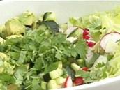K nadrobno pokrájené zelenině přidejte posekaný čerstvý koriandr, osolte,...