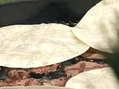 Tortily dejte na chvilku lehce opéct na gril, ideálně navrch na grilující se...