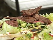 K zeleninovému salátu přidejte na každou placku i několik proužků pokrájeného...
