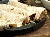 Srolované tortily naskládejte na pánev, na které je dáte na gril zapéct.