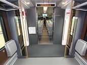 Dvojice sklopných sedadel v nástupním prostoru ekonomické třídy