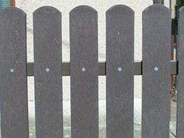 Plotovky z recyklátu se nejčastěji upevňují na kovové profily.
