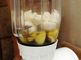 Stroužky vložte do mixéru a zalijte olivovým olejem.