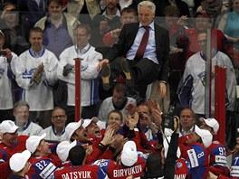 NAD HLAVAMI. Ruští hokejoví reprezentanti vyhazují po finálové výhře nad...