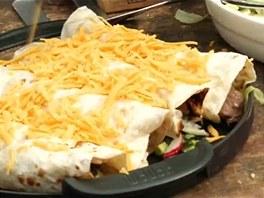 Na zabalené tortily nastrouhejte čedar a dejte na gril zapéct.
