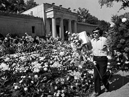 Květinami obložená hrobka Elvise Presleyho v době jeho pohřbu