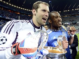 HRDINOVÉ CHELSEA. Brankář Petr Čech a útočník Didier Drogba si užívají triumf v