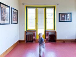 Pohled do druh�ho d�tsk�ho pokoje s ji� nainstalovan�mi obrazy, kter� jsou