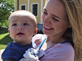Z natáčení filmu Babovřesky - Lucie Vondráčková se synem Matyášem