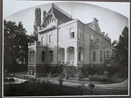 D�m z roku 1906 koupil d�de�ek sou�asn�ch majitel� za prvn� republiky a cel�