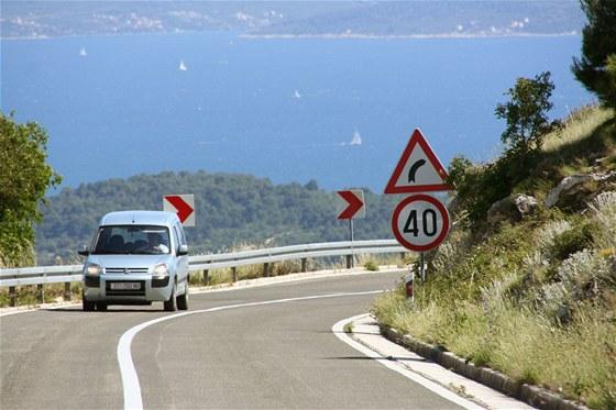 MAGISTRÁLA. Pokud nejedete po chorvatské dálnici, čeká vás pobřežní magistrála se spoustou ostrých zatáček, stoupání a klesání. Úchvatný výhled na moře za to ale stojí, na běžných silnicích se navíc neplatí mýtné.