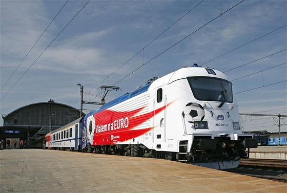 První výjezd lokomotivy Škoda 380 s polepem ME 2012 z hlavního nádraží v čele