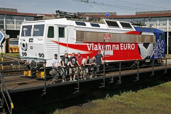Lokomotiva 163.043 s polepem Euro 2012 z depa Česká Třebová s týmem, který
