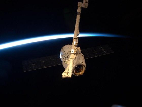 Modul Dragon byl zachycen 25. května robotickým ramenem ISS