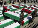 Palestin�t� voj�ci v Ramall�hu na Z�padn� b�ehu p�en�ej� rakve mrtv�ch