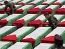 Palestin�t� voj�ci v Ramall�hu na Z�padn� b�ehu u rakv� mrtv�ch atent�tn�k�,