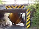 Utržená korba nákladního auta pod viaduktem v Borohrádku