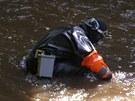 Policejní potápěči hledají v Metuji v Náchodě nůž, který lupič zahodil při