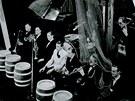 Taneční hudba v Radiopaláci (v bílém známý swingový zpěvák Arnošt Kavka), 1940