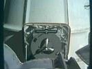 Modul Dragon se odpojil od ramena ISS (pohled z ramena na modul)