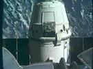 Modul Dragon se vzdaluje od ramena ISS (pohled z ramena na modul)