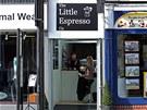 Kavárnička je vklíněná mezi realitní kancelář a obchod s oděvy, problémy s