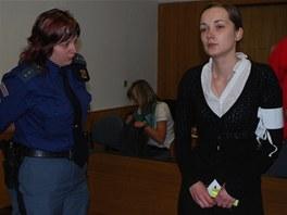 Romana Pítrová po příchodu do jednací síně. (31. května 2012)
