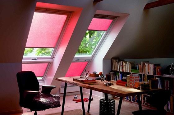 Průsvitný materiál zastiňovací rolety dodává jemný barevný odstín světlu v