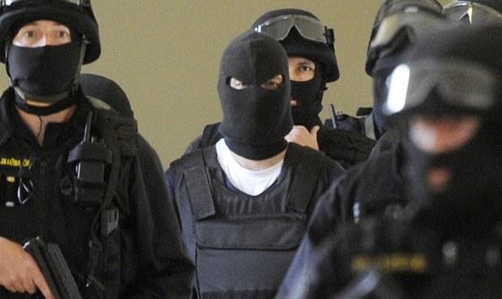 Tomáš Pitr (třetí zleva) přichází v doprovodu policistů na jednání pražského
