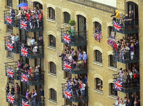 B�h ochra�uj kr�lovnu. Britov� �ty�i dny slavili diamantov� v�ro�� kr�lovny...
