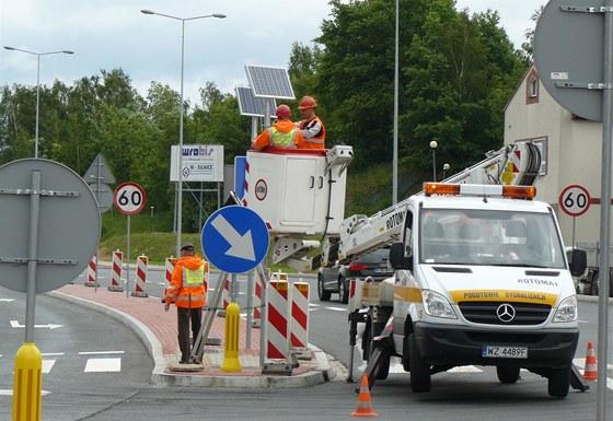 Polští silničáři u hranic teprve montují poslední vybavení a dlaždiči finišují...