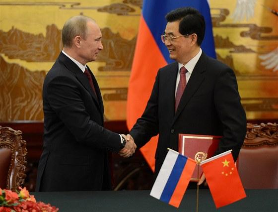 Rusk� prezident Vladimir Putin (vlevo) a ��nsk� prezident Chu �in-tchao si v...