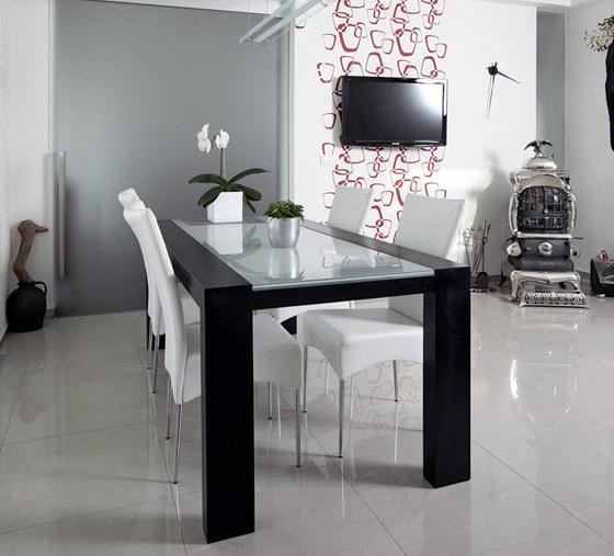 J�deln� st�l je um�st�n mezi kuchy� a ob�vac� pokoj, kter� lze v p��pad�