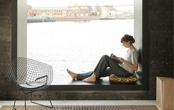 V novém okně v obývacím pokoji si Lynn ráda čte.