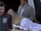 Husn� Mubarak na cest� od soudu do v�znice. (2. �ervna 2012)