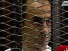 Mubarakův syn Džamál naslouchá vynášení verdiktu. Soud ho zprostil viny. (2.