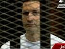 Mubarakův syn Alá naslouchá vynášení verdiktu. Soud ho zprostil viny. (2.