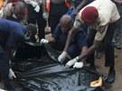 Letecká tragédie v nigerském Lagosu, záchranáři odnášeji těla (3. června 2012)
