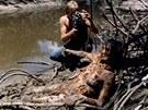 Záběry kanibalských orgií, napichování na kůl, zabíjení. Snímek Kanibalové